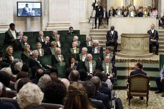 Le président François Hollande écoute le discours de l'écrivain Dany Laferrière, le 28 mai 2015 à Paris, à l'Académie française.