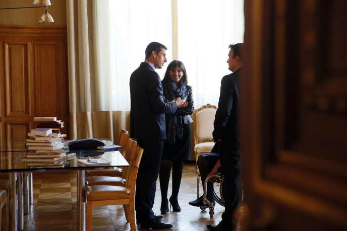 Jean-François Martins (à droite) responsable du tourisme et des sports de Paris, Anne Hidalgo, maire de Paris, et le membre du comité olympique international Tony Estanguet, lors du vote à l'hôtel de ville de Paris concernant la candidature de la ville pour les JO de 2014.