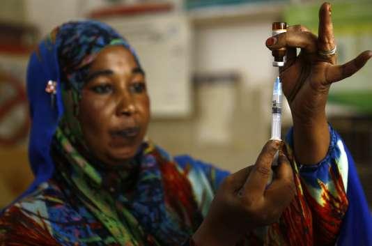 Une infirmière prépare un vaccin dans un centre médical près de Khartoum, au Soudan, le 22 juin.