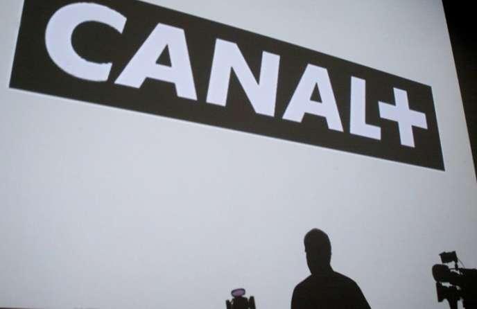 L'ombre du PDG du groupe Canal +, Pierre Lescure, répondant aux questions des journalistes, est projetée sur le mur, le 16 avril 2002 au siège de la chaîne à ParisCe projet prévoit une distribution exclusive de la chaîne sportive par Canal+. Il reste soumis à l'autorisation de l'Autorité de la concurrence.