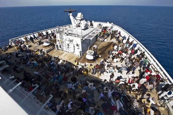 Des migrants libyens récupérés en mer Méditerranée, à bord d'un navire militaire anglais, le 7 juin 2015.