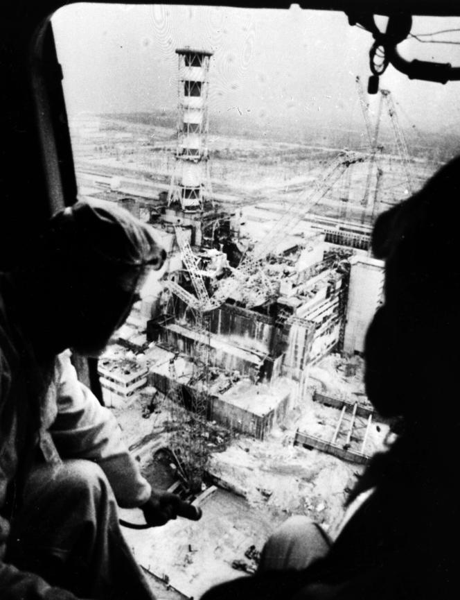 Au dessus du réacteur de la centrale de Tchenrobyl, éventré par l'explosion. La photo a été prise le 26 avril 1986.