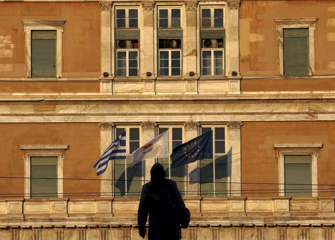 Devant le parlement grec, à Athènes. Les ministres des finances de la zone euro se sont séparés sans parvenir à un accord, le 24 juin, et doivent à nouveau se réunir jeudi à la mi-journée.