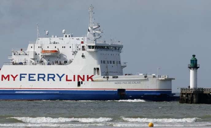Un navire de MyFerryLink entre dans le port de Calais, le 24juin.