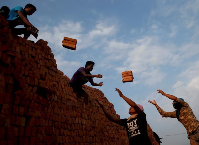 Dans une fabrique de brique à  Bhaktapur, le 17 mai.