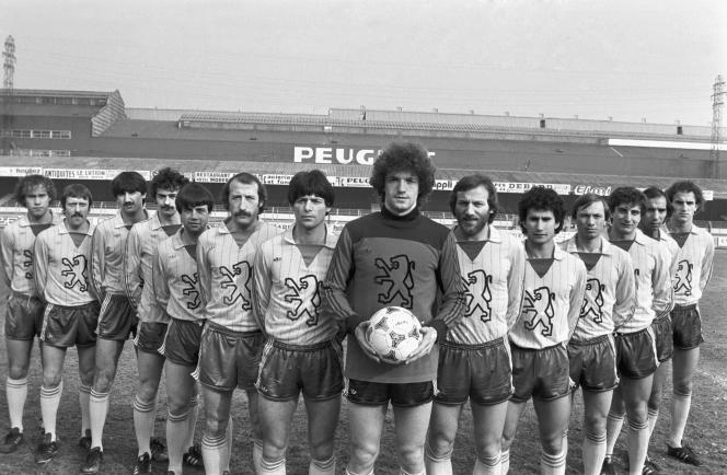 La glorieuse équipe de Sochaux version 1981. Demi-finaliste de la Coupe UEFA, elle compte plusieurs Bleus: le gardien Albert Rust (avec le ballon), Philippe Anziani (premier en partant de la droite), Bernard Genghini (3e) et Patrick Revelli (6e).