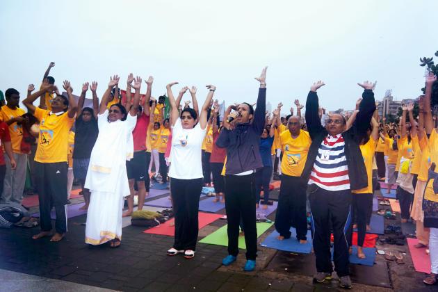 Nullement découragé par les conditions météo exécrables du 21 juin, Mickey Mehta, star locale de yoga, a dirigé avec enthousiasme la session qui a réuni 8 000 personnes à Mumbai.