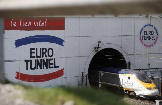 Un Eurostar s'engage dans le tunnel sous la Manche, à Coquelles (Pas-de-Calais), en juin 2015.