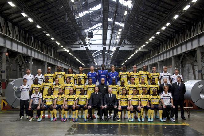 L'équipe du FC Sochaux et ses dirigeants dans l'usine de PSA Peugeot-Citroën, en septembre 2012 à Montbéliard.