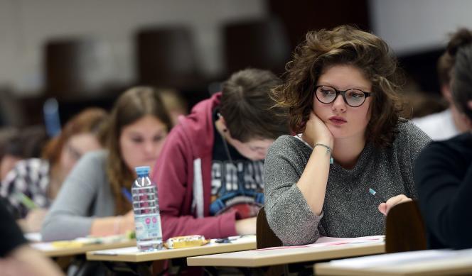 Des élèves du lycée Fustel de Coulanges (Strasbourg) pendant l'épreuve de philosophie, le 17 juin 2015.