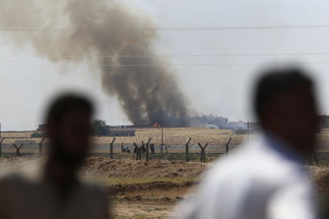 De la fumée s'élève au dessus de Tal Abyad en Syrie, le 15 juin, lors des combats contre l'Etat islamique.