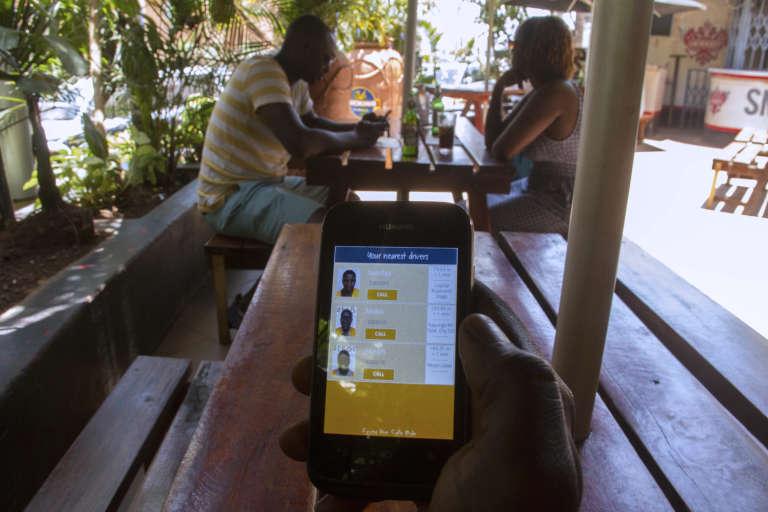 SafeBoda est utilisable depuis un smartphone, comme ici à Kampala en mars 2015.