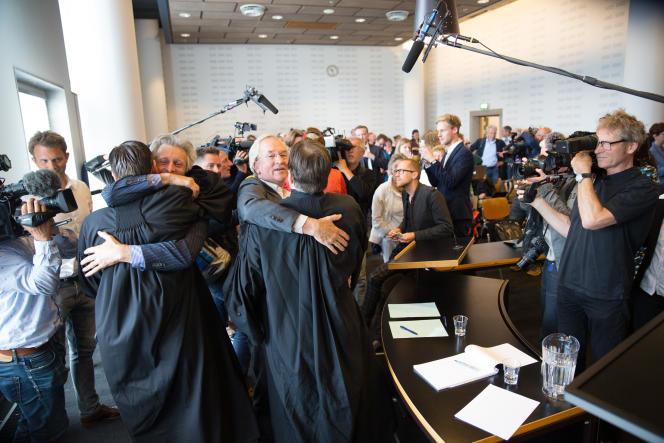 Les membres de l'ONG Urgenda célèbrent avec leurs avocats la décision du tribunal en leur faveur, le 24 juin 2015 à La Haye.