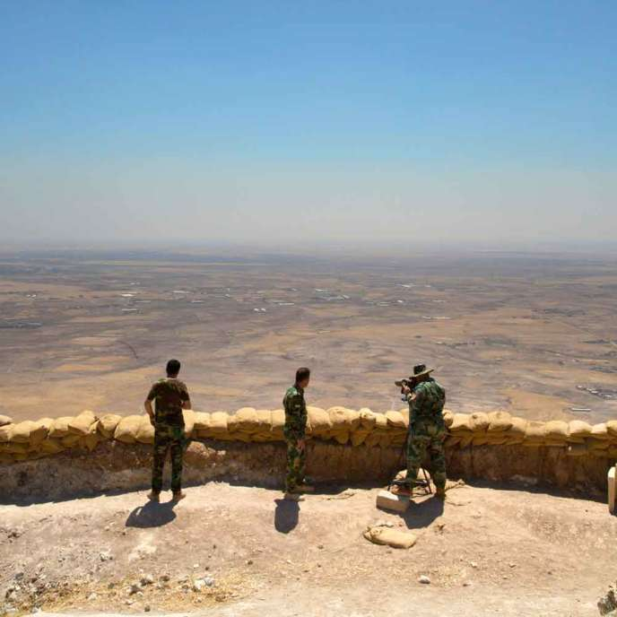 Des peshmergas, combattants kurdes irakiens, observent Mossoul depuis le Mont Zerdek.