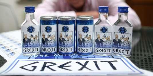 """L'Allemagne a approuvé en août 2015 un troisième plan de sauvetage de la Grèce prévoyant jusqu'à 86 millards d'euros sur trois ans (ici des canettes """"Grexit"""" imaginées par l'artiste allemand Uwe Dalhoff)."""