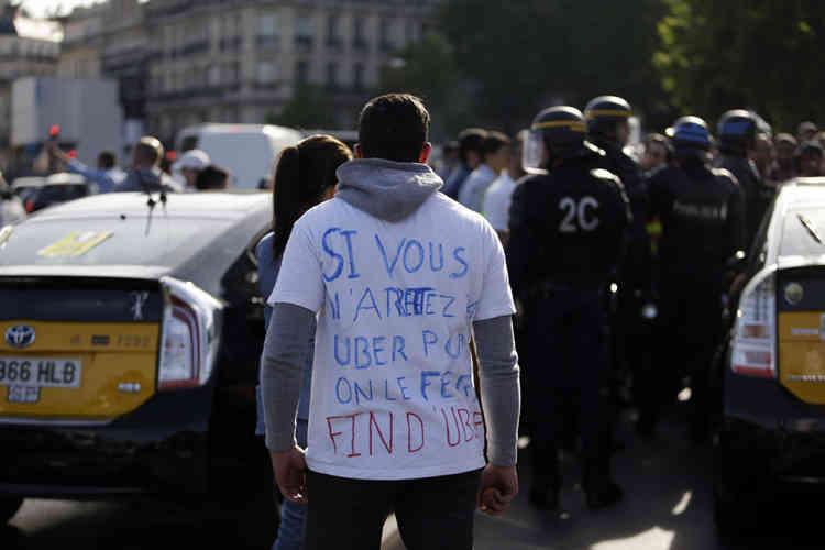 Porte Maillot, le 25 juin. L'accès à la gare du Nord était bloqué par des dizaines de voitures et l'ambiance était tendue à Orly où de nombreux taxis faisaient la chasse aux chauffeurs clandestins, sous le regard attentif des forces de l'ordre.