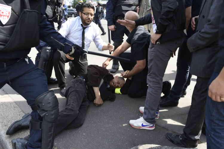 Lors d'une altercation entre chauffeurs de taxi et CRS, à Paris. L'homme à terre, conducteur de taxi, souffre des effets des gaz lacrymogènes.