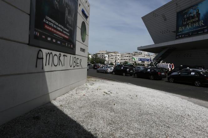 Devant le Palais des congrès, jeudi 25 juin, les taxis manifestent.