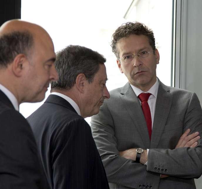 Pierre Moscovici, commissaire européen, le président de la BCE, Mario Draghi et Jeroen Dijsselbloem, président de l'Eurogroupe, à Bruxelles, le 24 juin.
