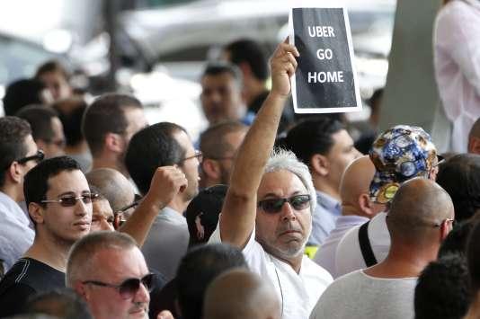 Uber, comme bien d'autres innovations, oblige à modifier lois, réglements et comportements. Ici une manifestation de chauffeurs de taxi parisiens contre Uber