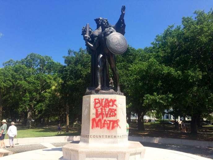 Ci-dessous, le socle d'une statue à la mémoire de la Confédération porte désormais l'inscription «Black lives matter» («Les vies noires comptent»), le 21juin, à Charleston.