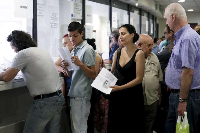 Dans un bureau des impôts à Athènes le 25 juin.