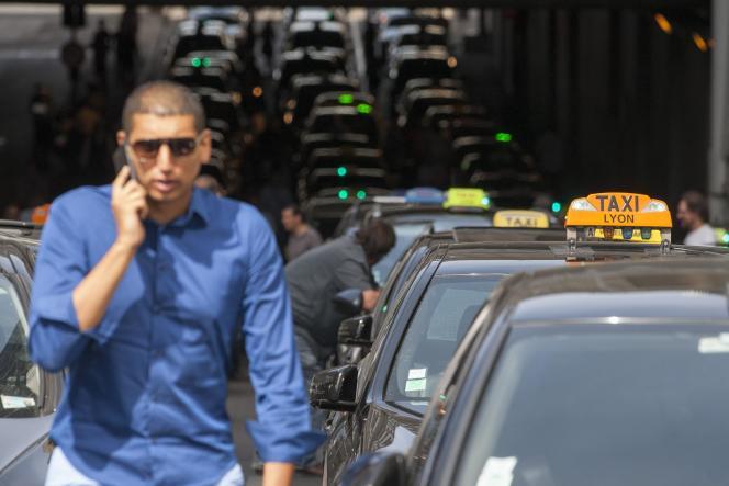 Lors d'une journée de mobilisation des taxis contre UberPOP, le 25 juin à Lyon.