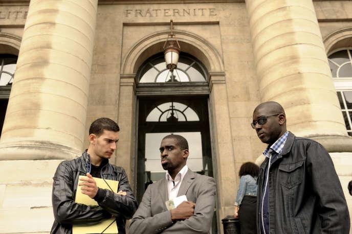 Trois des treize plaignants, devant le palais de justice de Paris, en juillet 2013.