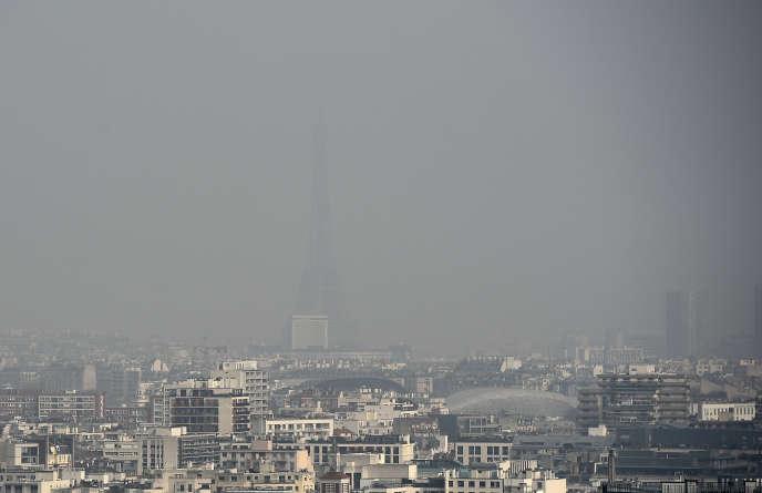 La Tour Eiffel plongée dans un nuage de pollution, le 18 mars 2015.