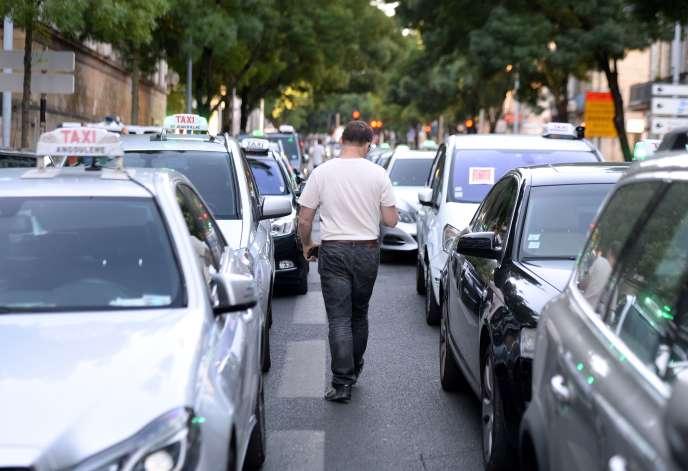 Manifestation de chauffeurs de taxis à Bordeaux, le 25 juin.