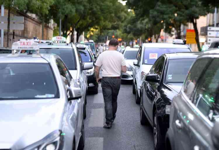 A Bordeaux, pendant un rassemblement de taxis, devant le tribunal.