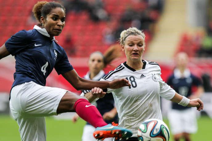 Duel entre Laura Georges et Alexandra Popp lors d'un match amical remporté par la France le 25 octobre à Francfort.