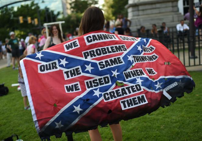 Rassemblement pour demander le retrait du drapeau confédéré de l'hôtel de ville de Columbia, en Caroline du Sud, le 20 juin.