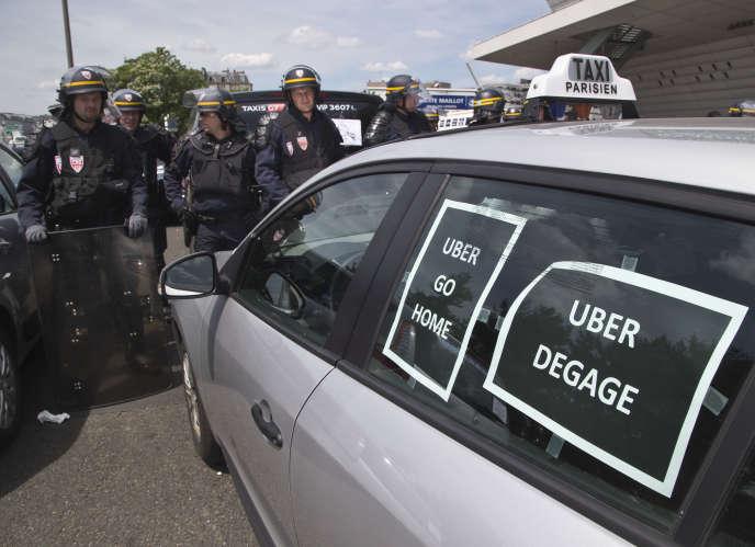 Manifestation des taxis contre Uber à Paris le 25 juin, près de l'aéroport de Roissy.