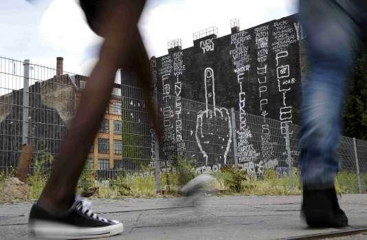Un graffiti hostile à un projet de construction, le 25 juin à Kreuzberg, un quartier de Berlin.
