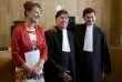 Marjan Minnesma (à gauche), directrice de la Fondation Urgenda, et les avocats Koos van der Berg et Roger Cox, après le jugement condamnant l'Etat néerlandais à réduire ses émissions de gaz à effet de serre,en juin 2015 à La Haye.