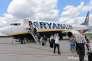 Des passagers descendant d'un vol Ryanair, à l'aéroport de Modlin, près de Varsovie, en Pologne, en 2014.