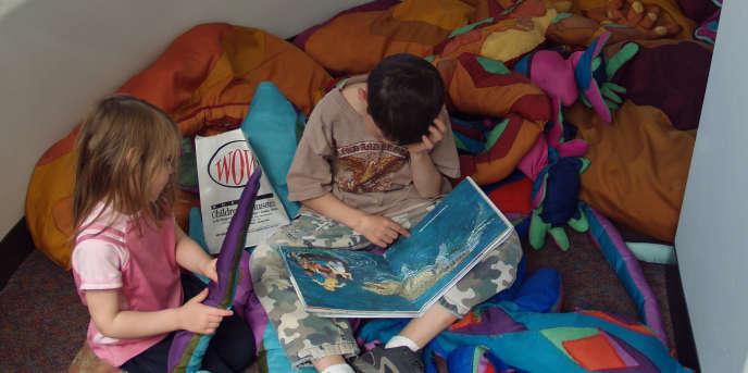 Enfants lisant.