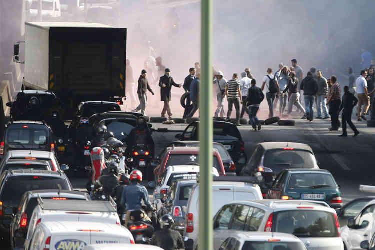 Les syndicats de taxis ont appelé au « calme » et à « ne pas répondre aux provocations », alors que le climat s'est tendu avec plusieurs agressions récentes de clients ou de chauffeurs UberPop, à Nice, Lyon et Strasbourg.