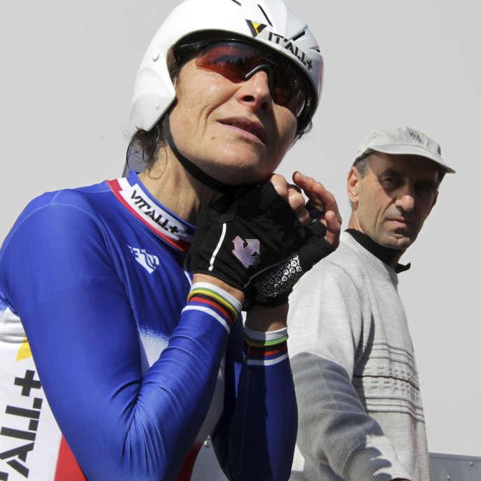 Jeannie Longo est toujours entraînée par son mari, Patrice Ciprelli, ici aux Herbiers, le 16 octobre 2011.