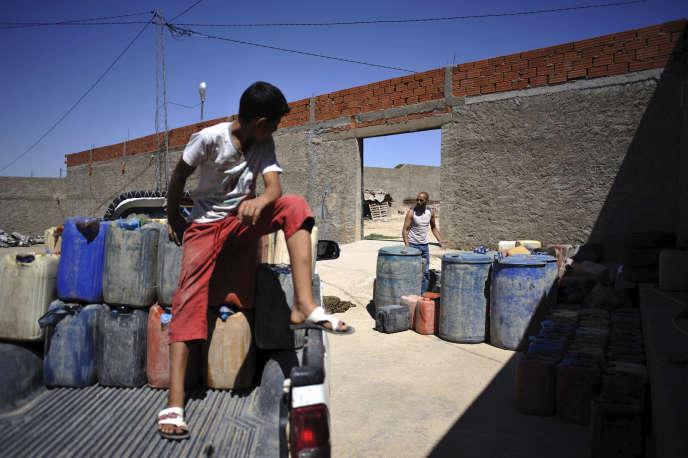 Chargement de bidons d'essence algérienne, près de Kasserine, en 2011.