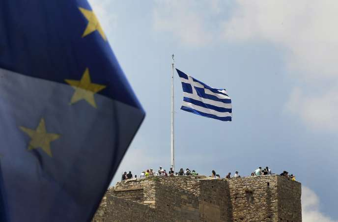 Des touristes sur le site de l'Acropole, à Athènes, le 26 juin.