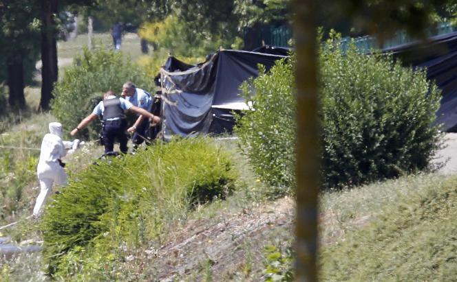 Des enquêteurs près de l'usine d'Air Products, vendredi26juin, à Saint-Quentin-Fallavier.