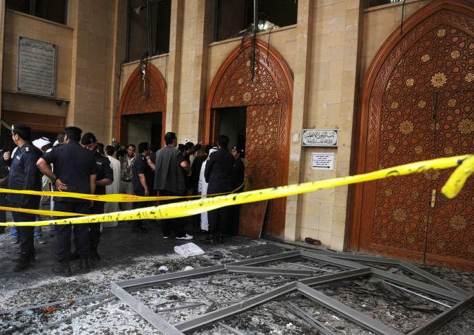Les forces de sécurité à la porte de la la mosquée chiite de l'imam Sadeq, à Koweït City, le 26 juin.