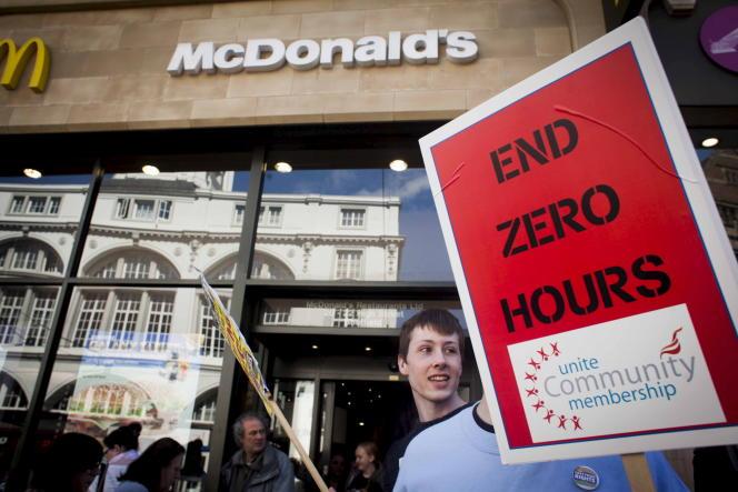 Des salariés d'un McDonald's manifestent, en avril, au centre de Sheffield, en Angleterre.
