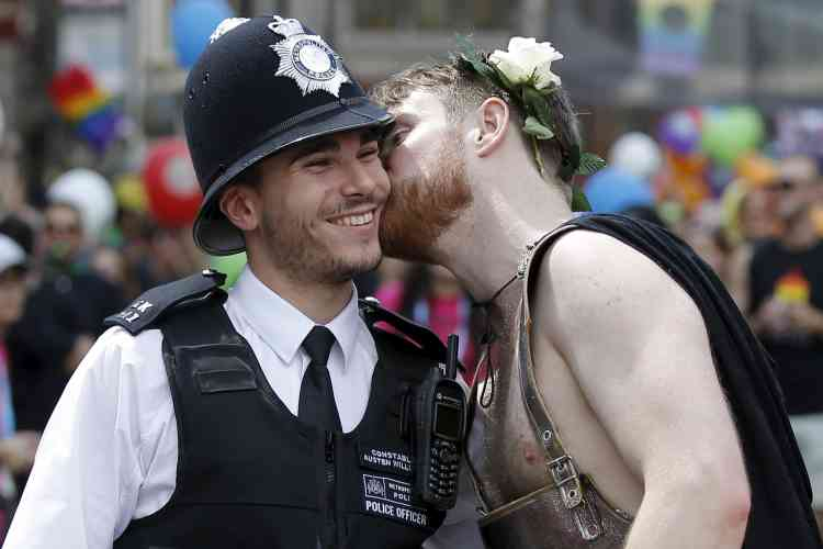 Un policier londonien reçoit un baiser de la part d'un participant à la Gay Pride anglaise, samedi 27 juin.