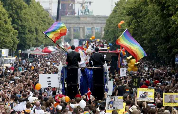 Plusieurs centaines de milliers de personnes ont défilé samedi à Berlin. La chambre haute du Parlement allemand a récemment adopté une résolution prônant l'ouverture du mariage aux couples homosexuels, qui se heurte à l'opposition des conservateurs d'Angela Merkel et embarrasse ses alliés sociaux-démocrates.