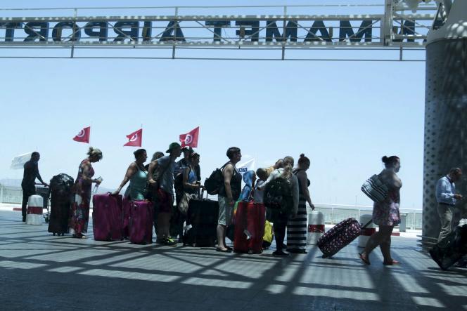 Des touristes étrangers s'apprêtent à quitter la Tunisie depuis l'aéroport international d'Enfidha, le samedi 27 juin.