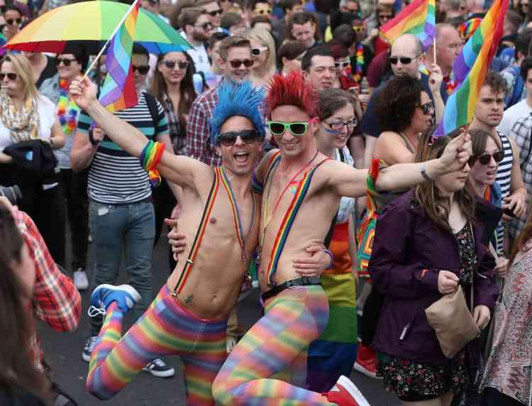 """A Dublin, la Gay Pride était particulièrement festive samedi, un mois après l'autorisation du mariage homosexuel dans le pays par voie référendaire. Le 22 mai dernier, l'Irlande a en effet tourné le dos au conservatisme incarné par l'Eglise catholique, en se prononçant, à 62,1 %, en faveur du """"mariage entre deux personnes, sans distinction de sexe""""."""