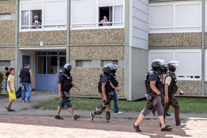 La brigade de recherche et d'intervention sort du domicile de Yassin Salhi, principal suspect dans l'attentat contre une usine de Saint Quentin Fallavier. Saint-Priest, France, 26 Juin 2015
